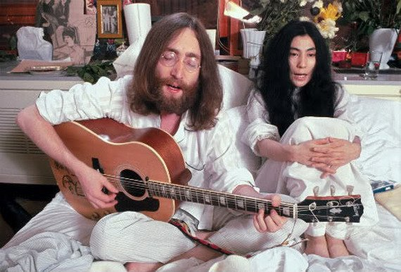 miniaturka gitary THE BEATLES - JOHN LENNON: PEACE GIBSON ACCOUSTIC